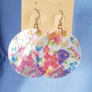 Floral silhouettes on shell earrings. 💚3/$15💚